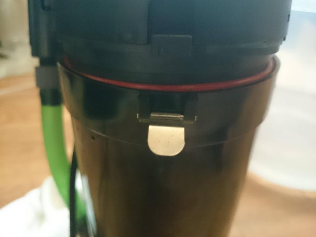 エーハイム2211本体からモーターヘッド取り付け用のピンを外します