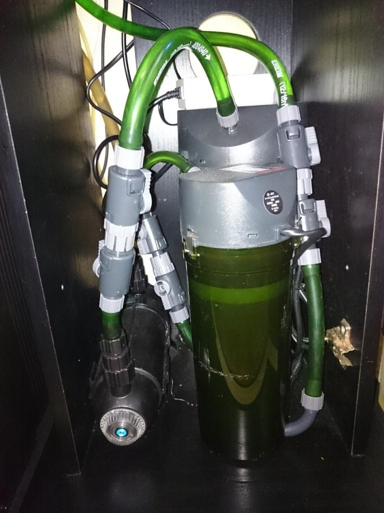 殺菌灯カミハタターボツイストZを収納した30cmキューブ水槽台内の様子