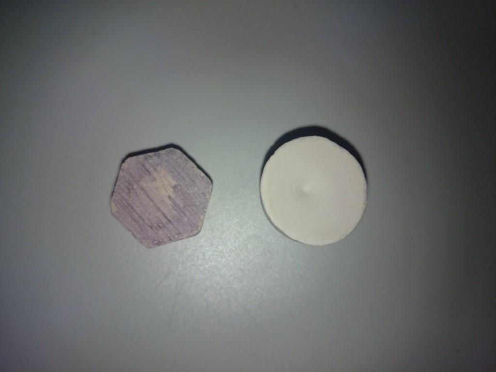 ボストンアクアファーム セラミックリーフプラグとエコテックマリン フラッグプラグ パープルのサイズ比較 表面