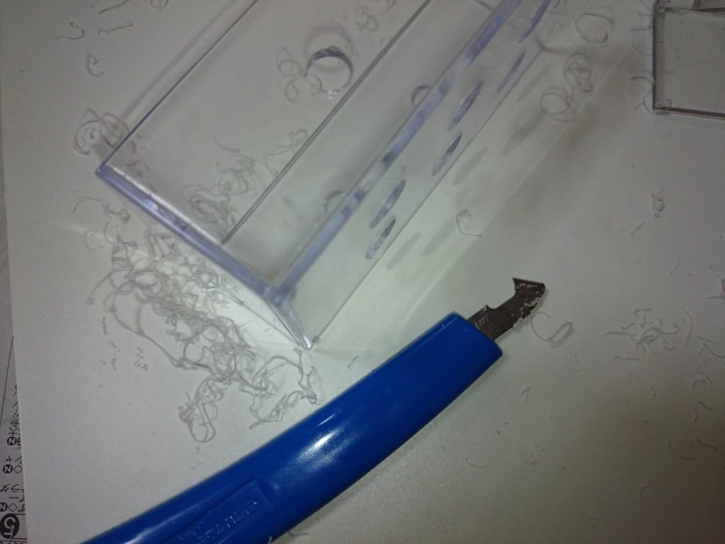フラグラック自作8 プラ・アクリルカッターで出る削りかす
