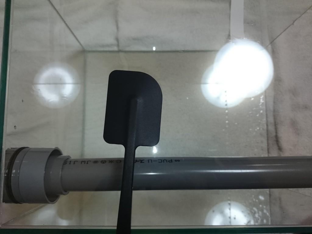 バックスクリーンの貼り方3 中性洗剤とゴムベラで汚れを除去