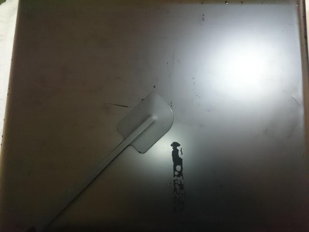 バックスクリーンの貼り方8 ゴムベラで気泡を抜く