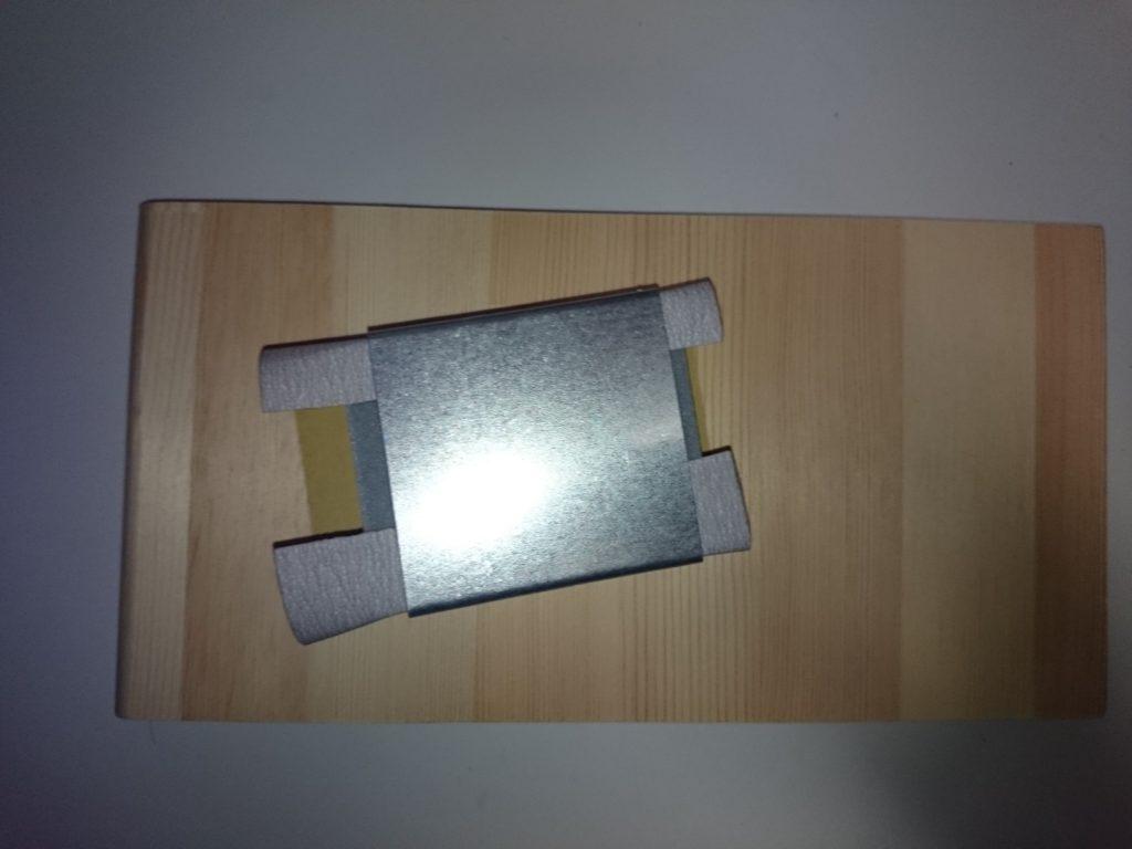 サンディングブロックで木材の表面を研磨